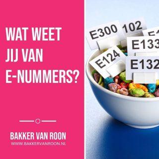 WEETJE - E-nummers zijn stoffen die aan voedingsmiddelen worden toegevoegd om bepaalde eigenschappen te verbeteren. We noemen deze stoffen ook wel additieven. Het kan gaan om kleur en geur bijvoorbeeld, of om smaak, structuur en houdbaarheid. E-nummers kunnen zowel synthetische als natuurlijke stoffen uit planten of dieren zijn. Zo is E300 vitamine C en E330 citroenzuur. Voedingswaarde hebben de toevoegingen niet. Van ieder E-nummer dat in Nederland in voeding wordt gebruikt, is nauwkeurig en wettelijk vastgelegd waarin het mag worden toegepast en in welke mate. Ze zijn gegarandeerd veilig dus. Bovendien hebben E-nummers wel degelijk nut. Deze stoffen achterwege laten, kan zelfs afbreuk doen aan de productkwaliteit of –veiligheid. Bevatten producten van de ambachtelijke bakker minder E-nummers dan andere producten? Nee, niet per definitie. Bepaalde E-nummers tillen producten naar een hoger kwaliteitsniveau. Het gebruik van deze additieven is aantoonbaar volstrekt onschadelijk. Iedere bakker heeft echter zijn eigen stijl, voorkeuren en principes. Vraag ons gerust naar onze mening en keuzes! #bakker #bakkervanroon #bakkerij #brood #broodbakken #patisserie #bakken #delft #gebak #contactloosbrood #samenwerking #ambachtelijk #weetwatjekoopt #versbrood #samensterk #winkel #online