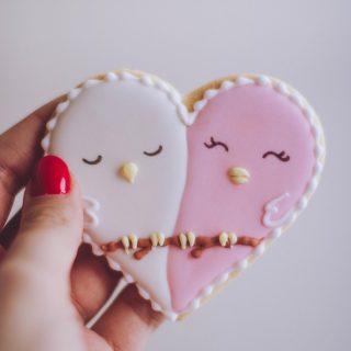 Wie is benieuwd naar onze #valentijnsdag special? Ook deze dag laten we niet zomaar voorbij gaan. We houden nog even de spanning erin 🙂 #komtvoordebakker #bakker #bakkervanroon #bakkerij #brood #broodbakken #patisserie #bakken #delft #gebak #contactloosbrood #samenwerking #ambachtelijk #weetwatjekoopt #versbrood #samensterk #winkel #online