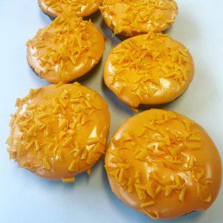Oranje koeken : cake gevuld met sinaasappel jam en afgewerkt met oranjefondant. Het hele EK in de winkel te verkrijgen