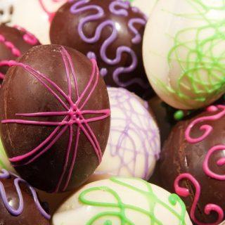 Lentedagen die stralend aanbreken, krokussen die openbarsen en de eerste lammetjes die door de wei dartelen. Rondom Pasen smaakt alles naar voorjaar. Ook bij de ambachtelijke bakker! Brood en banket spelen al sinds jaar en dag een bijzondere rol rondom de viering van Pasen. En ook dit jaar hebben we weer heerlijke broodjes en lekkernijen gemaakt, kom je ook langs voor de Paasdagen?  #komtvoordebakker #bakker #bakkervanroon #bakkerij #brood #broodbakken #patisserie #bakken #delft #gebak #contactloosbrood #samenwerking #ambachtelijk #weetwatjekoopt #versbrood #samensterk #winkel #online