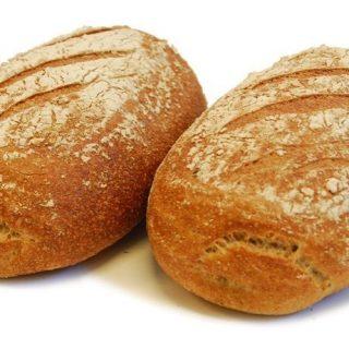 FEITJE Is desembrood nou eigenlijk gezonder? Brood bestaat uit meel of bloem, water, zout en een rijsmiddel. De gezondheid van brood wordt bepaald door de hoeveelheid (volkoren)meel en bloem die wordt gebruikt. Hoe meer volkorenmeel, hoe meer voedingsstoffen. De gezondheid van brood hangt dus niet af van het gebruik van het rijsmiddel, zoals gist of desem. Wel zijn er aanwijzingen dat desemfermentatie meerdere pluspunten heeft. Zo maakt het langdurige desemproces vezels, bepaalde vitaminen, mineralen en andere bioactieve stoffen zoals vitamine B, foliumzuur, magnesium, ijzer, zink en fenolen beter beschikbaar voor je lichaam. Bepaalde desemculturen breken daarnaast gluten gedeeltelijk af, wat voornamelijk gunstig is voor mensen met een glutenovergevoeligheid. De voedingswaarde van desembrood met soortgelijk brood waaraan gist is toegevoegd, vertoont nauwelijks verschillen; ze leveren ongeveer dezelfde hoeveelheid calorieën, eiwitten, vezels, mineralen en vitamines #komtvoordebakker #bakker #bakkervanroon #bakkerij #brood #broodbakken #patisserie #bakken #delft #gebak #contactloosbrood #samenwerking #ambachtelijk #weetwatjekoopt #versbrood #samensterk #winkel #online