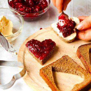 Ontbijten is niet alleen gezond; het is samen met iemand anders natuurlijk ook gewoon heel erg gezellig! Je begint gezamenlijk aan de dag, maakt plannen en kunt tijdens het eten terug- en vooruit kijken. Niet op je scherm staren, maar vooral naar elkaar!Wist je dat je heel veel broodjes, koek of cake in de vorm van een hartje kunt serveren voor een extra liefdevol ontbijt? Gebruik een hartvormige koekjesvorm om bijvoorbeeld een sandwich of boterham uit te steken. Met schenkstroop kun je eventueel een lieve boodschap op een pannenkoekje of boterham schrijven. Zo begin je jouw dag pas echt goed!  #komtvoordebakker #bakker #bakkervanroon #bakkerij #brood #broodbakken #patisserie #bakken #delft #gebak #contactloosbrood #samenwerking #ambachtelijk #weetwatjekoopt #versbrood #samensterk #winkel #online