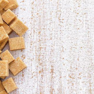 Er bestaat geen verschil in voedingswaarde tussen alle verschillende vormen van suiker. Het maakt voorje lichaam dus niet uit of deze uit fruit, koekjes of de suikerpot komen. Ook natuurlijke suikers zoals honing, rietsuiker, palmsuiker, kokosbloesemsuiker, ahornsiroop of agavesiroop worden door je lichaam op dezelfde manier verwerkt als gewone suiker. Dit zijn slechts alternatieve suikerbronnen, waardoor je lichaam nog steeds gewoon suiker binnenkrijgt. Wie geen suiker wil of mag gebruiken, moet suiker helemaal laten staan of vervangen door zoetstoffen.  #komtvoordebakker #bakker #bakkervanroon #bakkerij #brood #broodbakken #patisserie #bakken #delft #gebak #contactloosbrood #samenwerking #ambachtelijk #weetwatjekoopt #versbrood #samensterk #winkel #online
